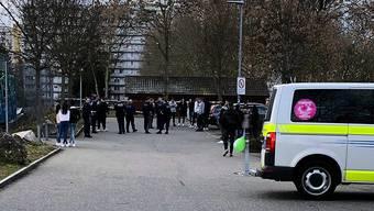 Mit einem Grossaufgebot rückte die Polizei am Samstag auf, als die Meldung über eine Massenschlägerei in Spreitenbach einging. Leserreporter/20 Minuten