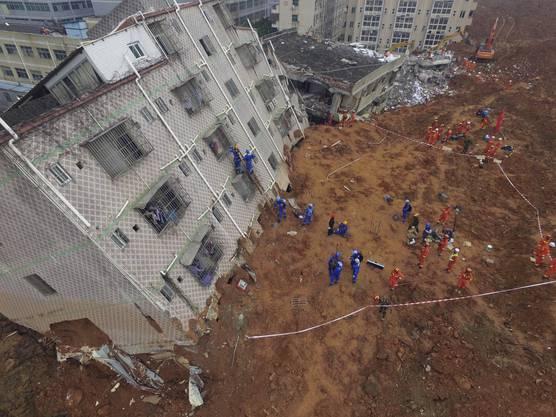 An einer illegalen Halde hatte sich am Sonntag nach heftigem Regen die Schlammlawine gelöst und und über den Industriepark in der Stadt Shenzhen ergossen.