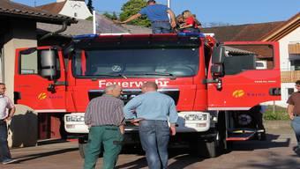 Präsentation des Musterfahrzeugs beim Feuerwehrlokal der Feuerwehr Oberes Fricktal in Bözen. Dieses Tanklöschfahrzeug der Firma Rosenbauer fasst 2400 Liter Wasser und 200 Liter Schaum. Claudia Meier