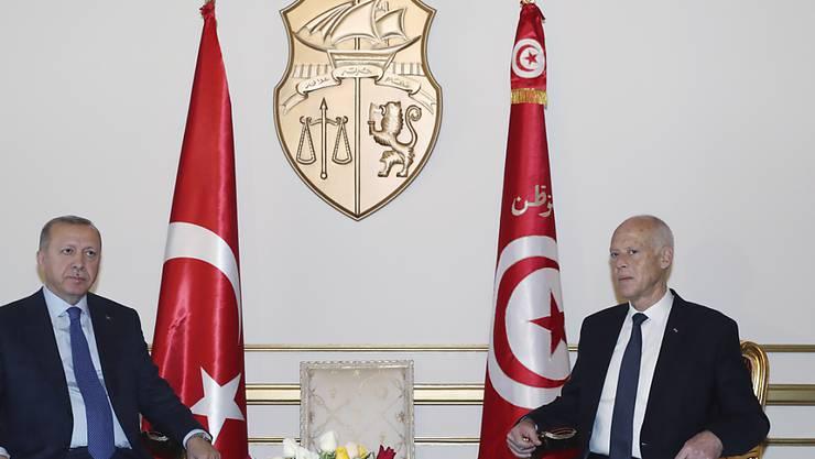 Der tunesische Präsident Kais Saied (r), der seit dem 23. Oktober im Amt ist, hat am Mittwoch seinen türkischen Amtskollegen Recep Tayyip Erdogan empfangen.