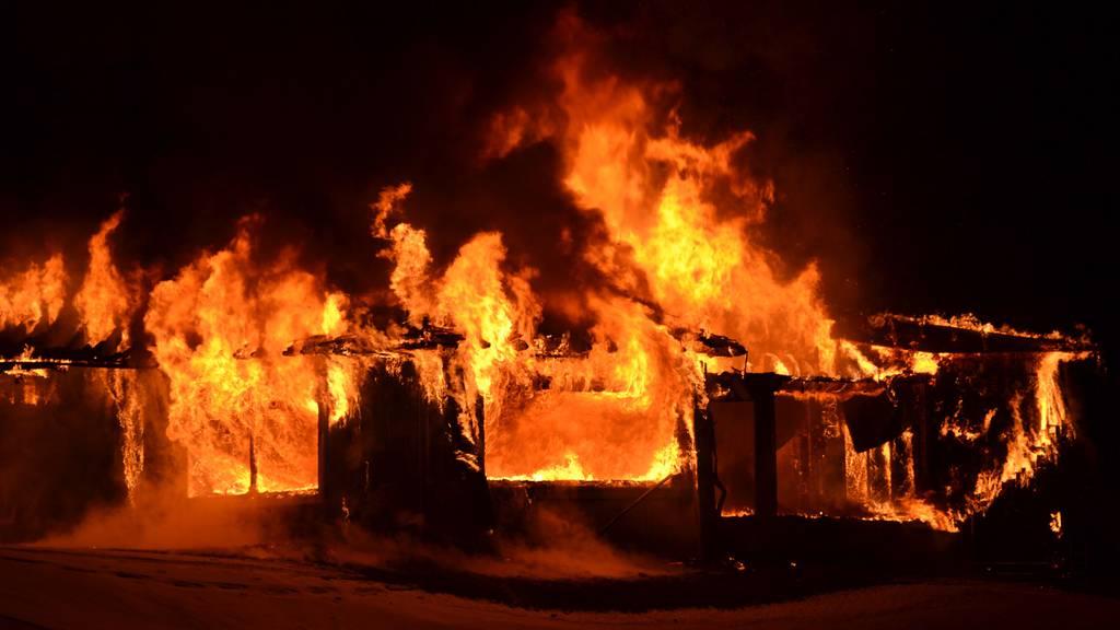 Golfrestaurant Sempachersee in der Nacht ausgebrannt