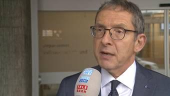 Der Industriekonzern ABB verkauft den Grossteil der rund 36'000 Mitarbeiter starken Stromnetzsparte an das japanische Unternehmen Hitachi. ABB will sich durch den Verkauf zeitgleich neu ausrichten, rechnet indes nicht mit einem weiteren Stellenabbau in der Schweiz. Was der ABB-CEO dazu sagt sowie die Reaktionen von Roland Villiger, Leiter Verkauf ABB Semiconductors Lenzburg,und Volkswirtschaftsdirektor Urs Hofmann.