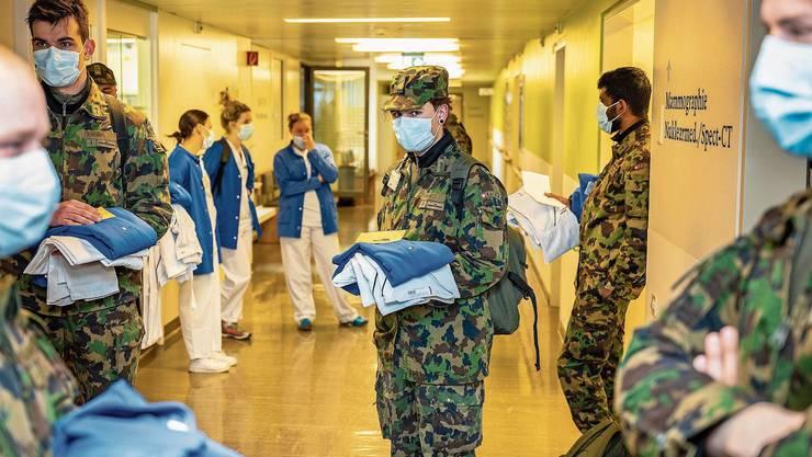 Da wurden sie noch gebraucht: Soldaten rücken Ende März im Bruderholzspital ein. Bis Sonntag sind alle wieder fort.