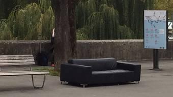 Das Sofa wurde bei Bushaltestelle «Rathaus» am Zollrain deponiert.Katja Schlegel