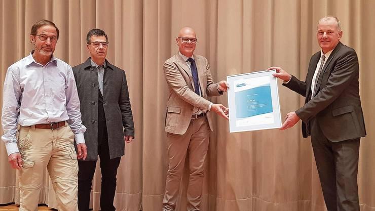 Gemeinderat Walter Wyler, Einwohnerrat und Energiestadt-Motionär Beat Spiess sowie Ammann Urs Affolter (v.l.) nehmen das Energiestadt-Label von Regierungsrat Stephan Attiger entgegen.