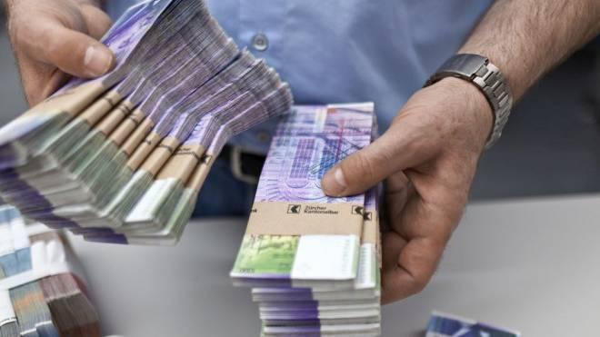 Hantieren mit grossen Summen: Händler der Zürcher Kantonalbank. Foto: KEYSTONE/Martin Ruetschi