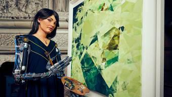 Die Robo-Künstlerin Ai-Da malt, was sie durch ihre Kameraaugen sieht. Eine Galerie widmete ihr eine eigene Ausstellung.
