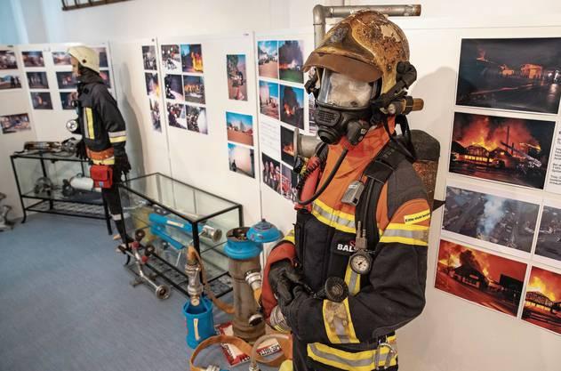 Ein Blick in die Ausstellung, in der es auch viele Fotos von den  Feuerwehreinsätzen der letzten Jahre zu sehen gibt.