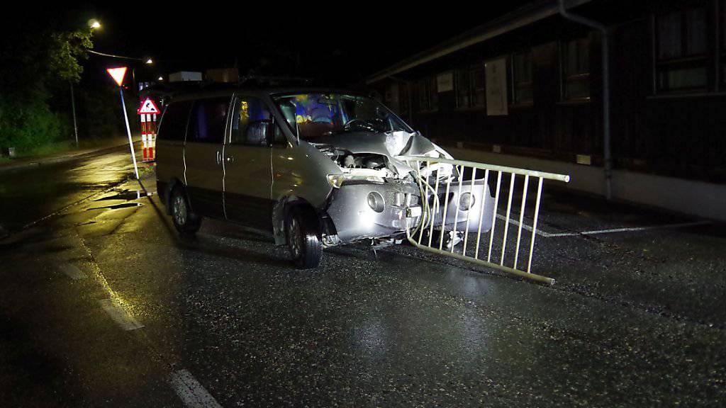 Nach dem Unfall in einer Unterführung in Chur fuhr der Autolenker weiter, obschon der Teil eines Geländers im Wagen feststeckte.