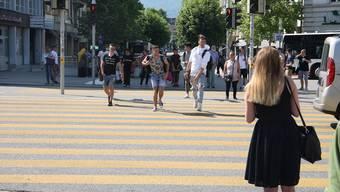In der abendlichen Rushhour eine häufige Szene: Gleich gruppenweise queren Fussgänger trotz Rot der Ampel den Bahnhofplatz-Fussgängerstreifen.
