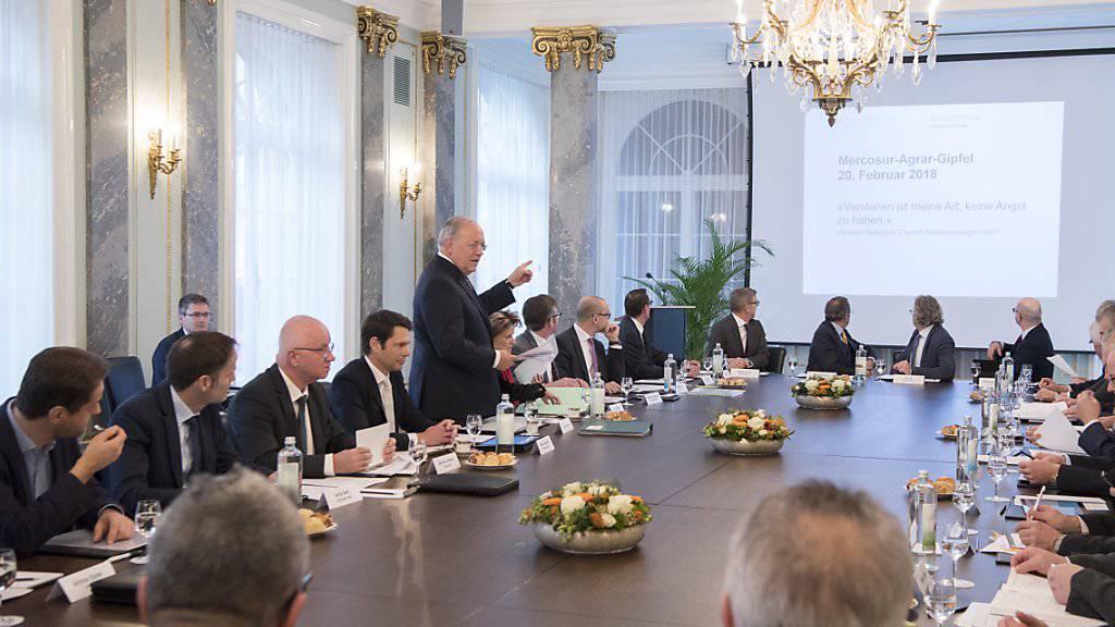 Bundesrat Johann Schneider-Ammann spricht mit Wirtschaftsvertretern über die Verhandlungen mit den südamerikanischen Mercosur-Ländern. Der Bauernverband boykottierte die Veranstaltung.