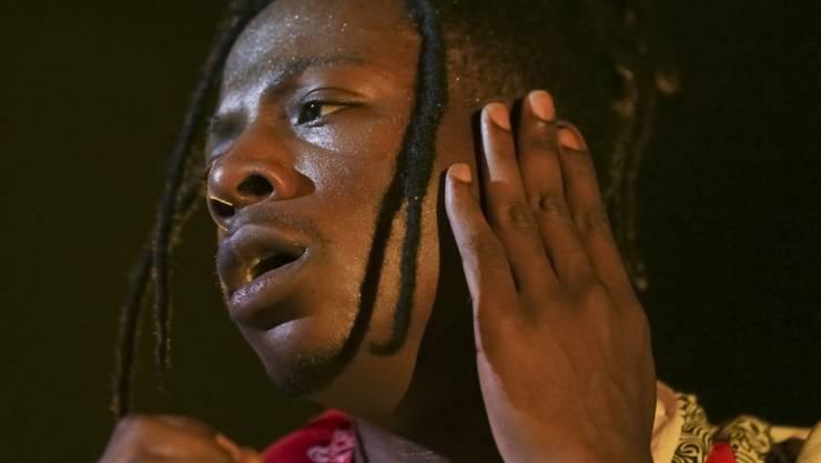 Muss sich wegen Augenproblemen behandeln lassen: der 22-jährige US-Rapper Joey Bada$$. (Archivbild)