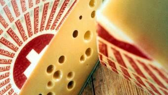 Ein Stück Original Emmentaler Käse (Archiv)