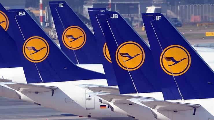 Die Lufthansa-Maschinen könnten am Boden bleiben. Deutschlands grösster Fluggesellschaft droht ein Streik der Flugbegleiter. (Archiv)