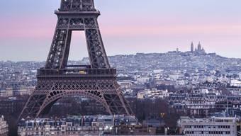 Nach Bombendrohung evakuiert: der Eiffelturm in Paris.