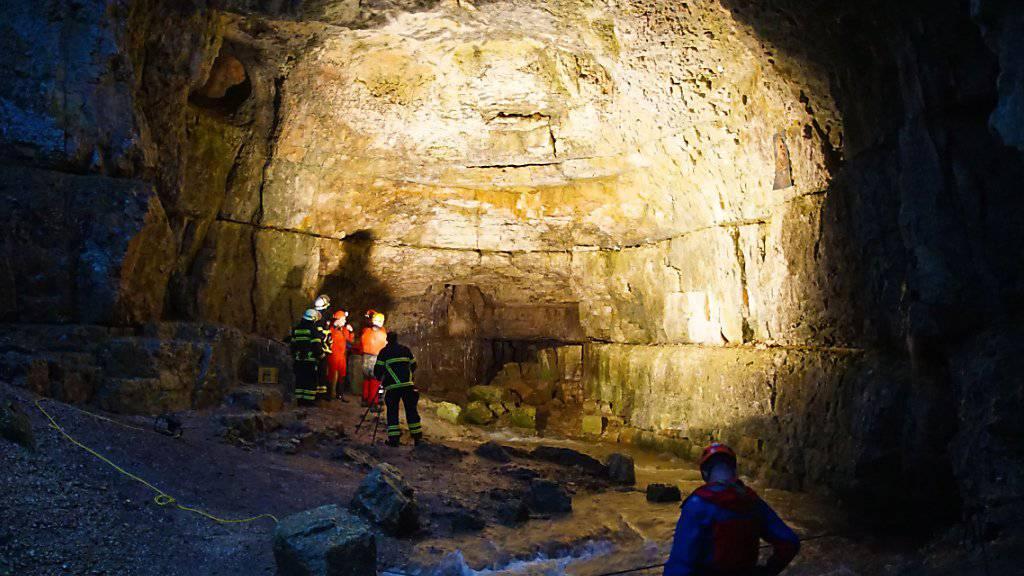 Einsatzkräfte der Bergwacht und Feuerwehrleute sind an der Falkensteiner Höhle in Baden-Württemberg im Einsatz. Dort wurden zwei Männer durch ansteigende Wassermassen eingeschlossen - einer konnte bisher gerettet werden.
