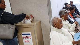 Hier gibt eine Wählerin ihre Stimme am 4. November in Cincinnati ab.