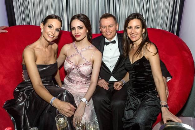 Die Afterparty im Club Joy des Grand Casino Baden. Ex-Miss Anita Buri, Jastina Doreen, Trafo-CEO Reto Leder und seine Frau Karla Leder.