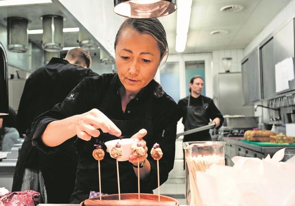 Starköchin Tanja Grandits richtet in der Küche mit ihren Mitarbeitern einen Apéro an. 13 Vorspeisen hat sie vorbereitet.