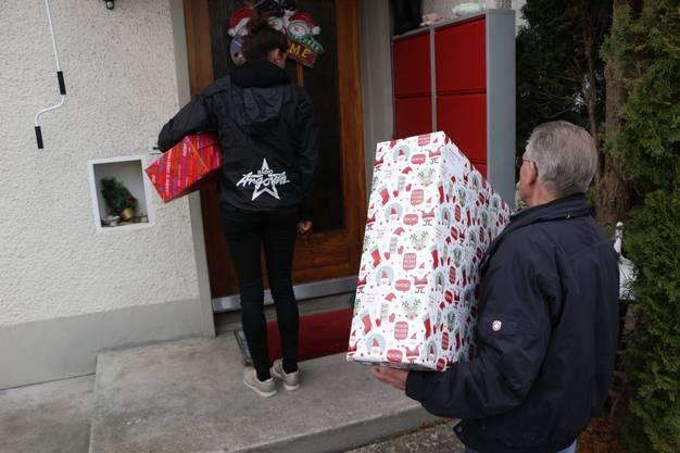 Auch Ramona Gyr ist auf Tour und verteilt viele Geschenke.