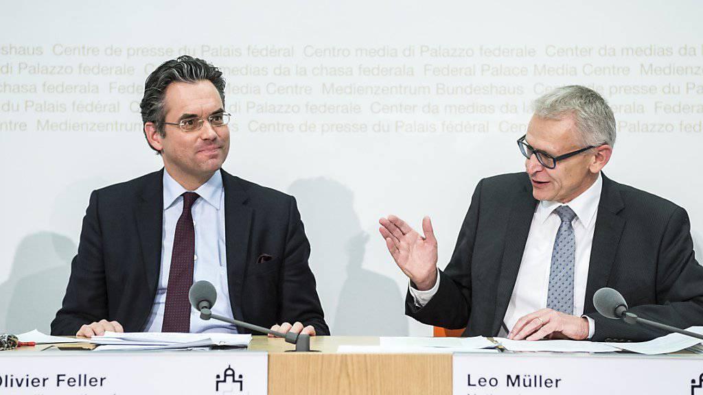Nationalrat Olivier Feller (FDP/VD), links, und Nationalrat Leo Müller (CVP/LU) erklären, warum die Finanzkommission des Nationalrates die Landwirtschaft von Sparmassnahmen verschonen will.