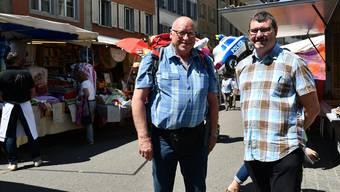 Der Brugger Marktchef Rolf Hitz (links) mit seinem Nachfolger Rolf Urech im gestrigen Markttreiben. Passend dazu hat sich noch ein Polizeiballon ins Bild geschlichen.