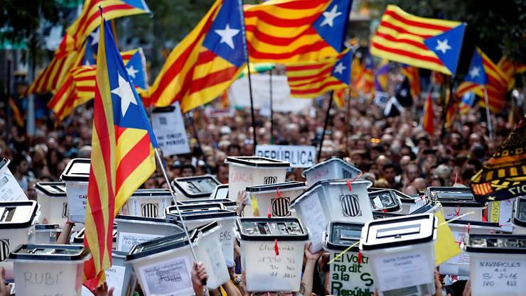 Demonstranten in Barcelona am ersten Jahrestag des von der spanischen Zentralregierung für illegal erklärten Unabhängigkeitsreferendums in Katalonien. Dieses fand am 1. Oktober 2017 statt. (Archivbild)