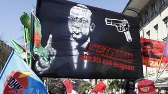 """Dieses """"Kill Erdogan""""-Plakat an einer Demonstration in Bern von Ende März erregt weiter die Gemüter. (Archivbild)"""