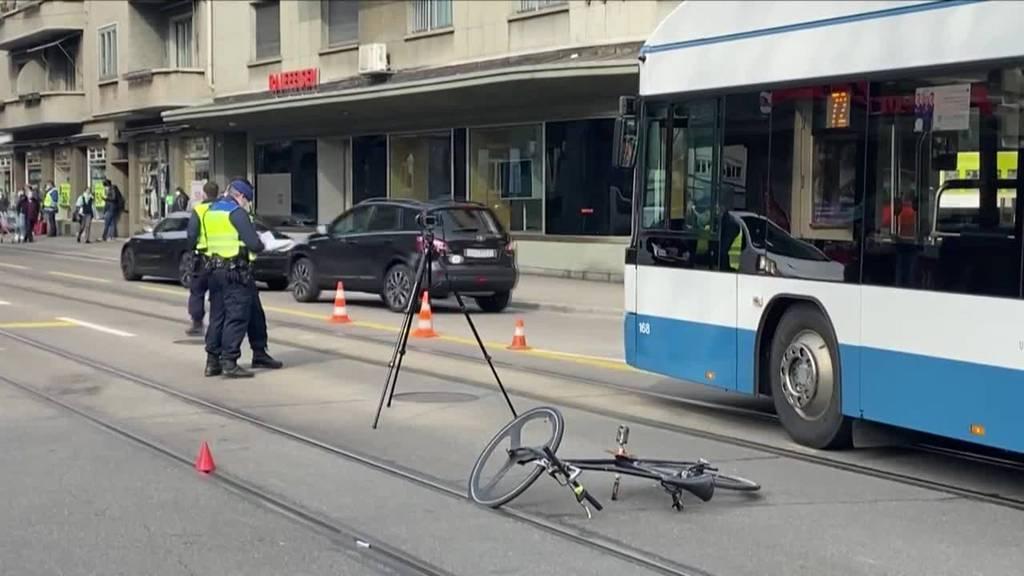 Unfall in Zürich: Velofahrer bei Kollision mit Bus mittelschwer verletzt