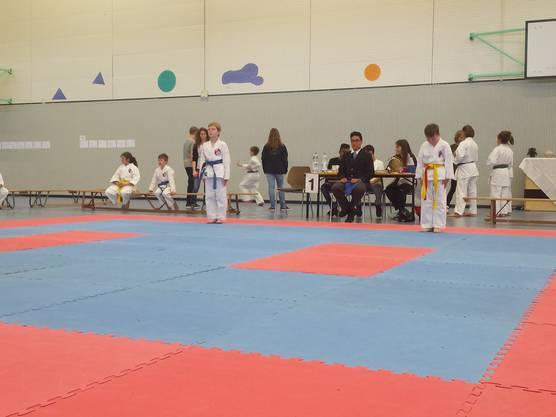 Balian Wark (blauer Gurt) von der Shinsei Kan Karateschule bereit für seinen Einsatz im Kata.