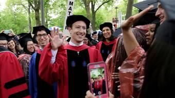 Die ganze Welt will er retten: Der 33-jährige Studienabbrecher und jetzt Abschlussredner in Harvard, Facebook-CEO Mark Zuckerberg (winkend).