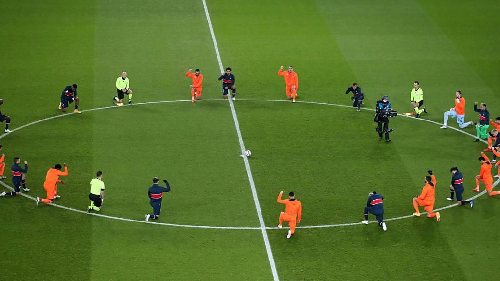 Vor der Wiederaufnahme der Partie zwischen PSG und Basaksehir Istanbul knieten die Spieler nieder und formten einen Kreis als Zeichen gegen Rassismus