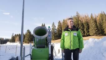 Hannes Parpan, OK-Präsident der Tour de Ski in Lenzerheide, posiert neben einem seiner wichtigsten Helfer.
