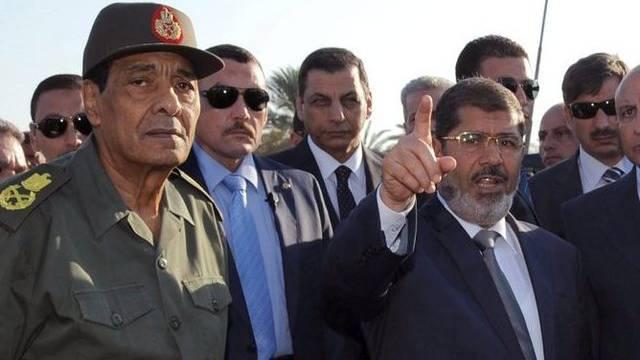 Der ägyptische Präsident Mohammed Mursi (r.) und der Vorsitzende des Militärrats Hussein Tantawi (l.) an einem Checkpoint auf der Sinai-Halbinsel