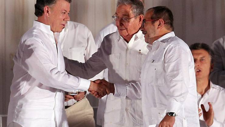 Kolumbiens Präsident Juan Manuel Santos und FARC-Kommandeur Rodrigo Londoño beim historischen Handschlag.
