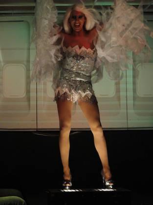 Auch in einem anderen Kleid kommen ihre langen Beine zur Geltung