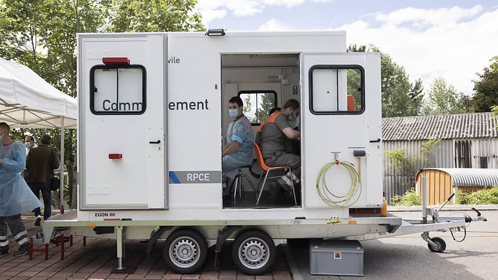 Die Behörden setzen vermehrt auf das Impfen gegen die Verbreitung des Coronavirus. Im Kanton Waadt sind auch mobile Impfteams im Einsatz. (Archivbild)