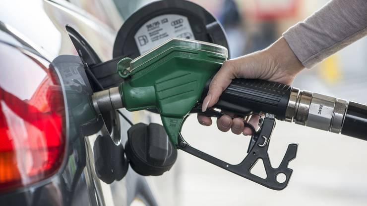 Autofahrer profitieren derzeit vom tiefen Ölpreis (Symbolbild).