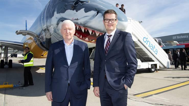 Investor Martin Ebner und Tobias Pogorevc, CEO der Helvetic Airways, posieren vor dem neuen Embraer, welcher jetzt noch den «Hai-Look» trägt.