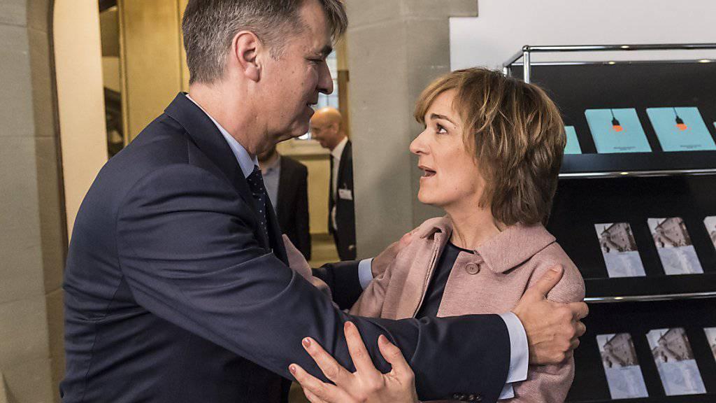 Die unterlegene Ursula Wyss gratuliert Alec von Graffenried zu dessen Wahl zum Berner Stadtpräsidenten.