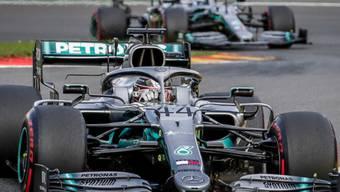 Wird es in dieser Saison so nicht geben: Die Mercedes-Autos von Lewis Hamilton (vorne) und Valtteri Bottas mit der silbernen Lackierung von 2019