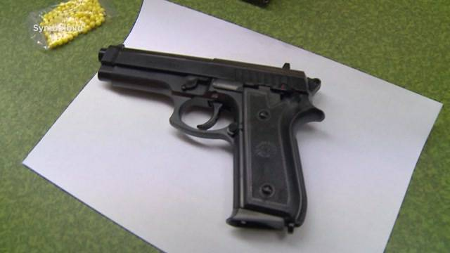 Lehrer nach Softair-Pistolen-Demo freigestellt
