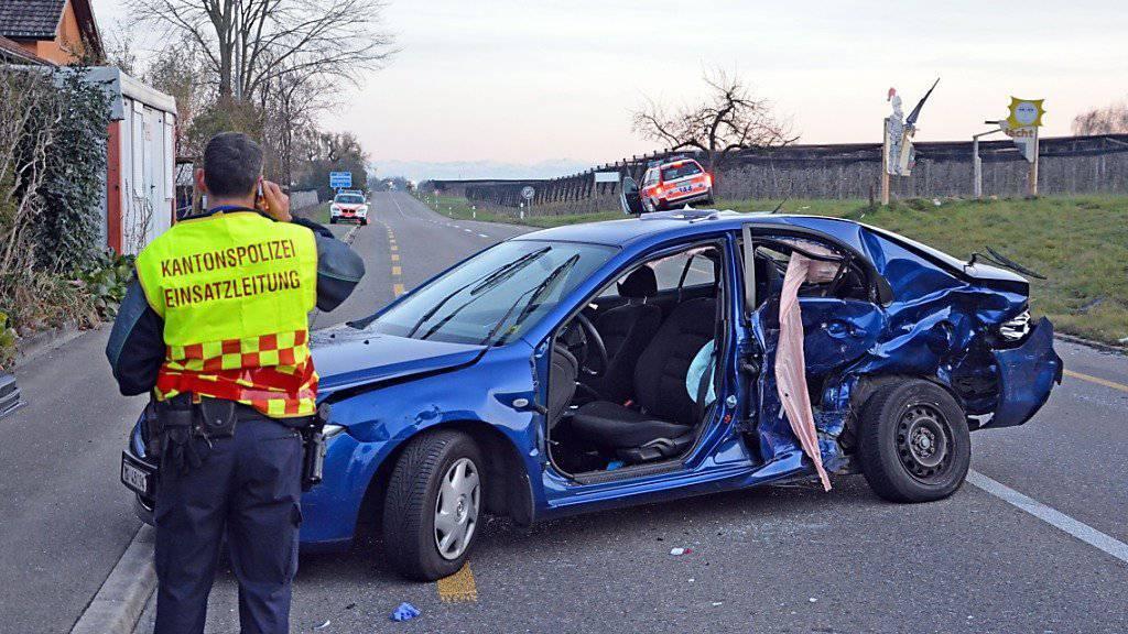 Eingeklemmt: Der 66-jährige Fahrer des blauen Autos missachtete offenbar den Vortritt des Notarztwagens und musste aus seinem Fahrzeug herausgeschnitten werden.