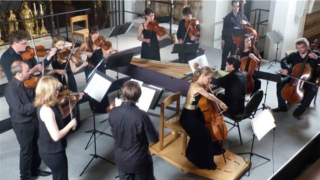 Der Auftritt der Cappella Gabetta mit Solist Christophe Coin (Violoncello) und Sol Gabetta (hier am Cello) bildete den Abschluss des einmonatigen Solsbergfestivals. – Foto: ari