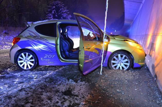 Die 17-jährige Beifahrerin verletzte sich bei der Kollision. Der Fahrer kam mit dem Schrecken und einem kaputten Auto davon.