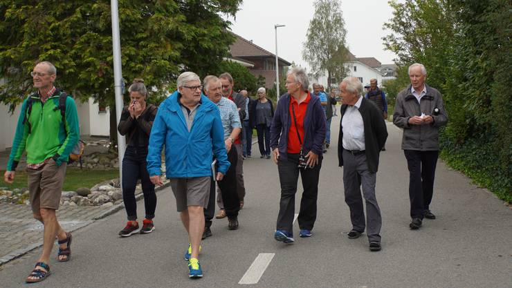 In Schöftland fand die dritte Quartierbegehung mit der Alterskommission statt. Mit dabei: Gemeinderätin Anja Gestemann und Bauverwalter Christian Felder.