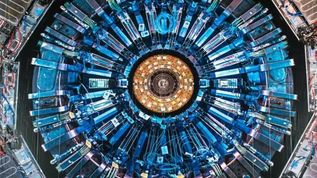 Herzstück des CERN ist der Large Hadron Collider (LHC), der 27 Kilometer lange Teilchenbeschleuniger, der in 100 Meter Tiefe in einem riesigen Kreis grösstenteils unter französischem Boden verläuft.  Foto: Jean Revillard - Rezo