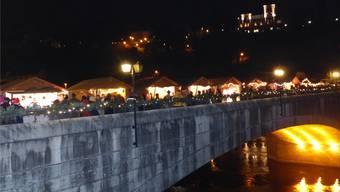 Die Stände der Laufenburger Altstadtweihnacht erstrecken sich über die Rheinbrücke. Archiv/ari