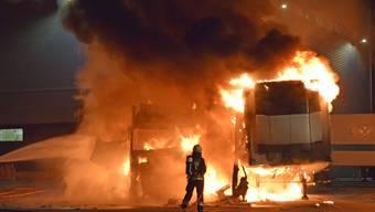 Lastwagen mit Kühlabteil in Brand geraten: Die Feuerwehr in Emmen LU Mitte September im Einsatz auf einem Firmengelände.