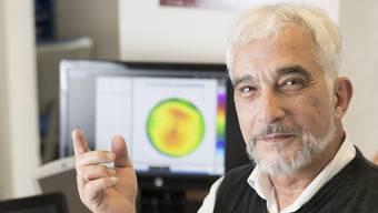 Eine Folie, die auf dem Auge schwimmt: Imre Kovats mit einer Kontaktlinse.
